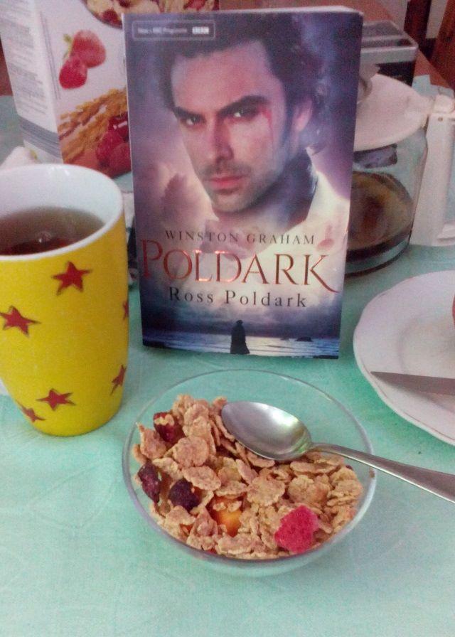 Kezdődik a kaland: Ross Poldark hazatér Cornwallba. A regény hamarosan megjelenik magyarul.