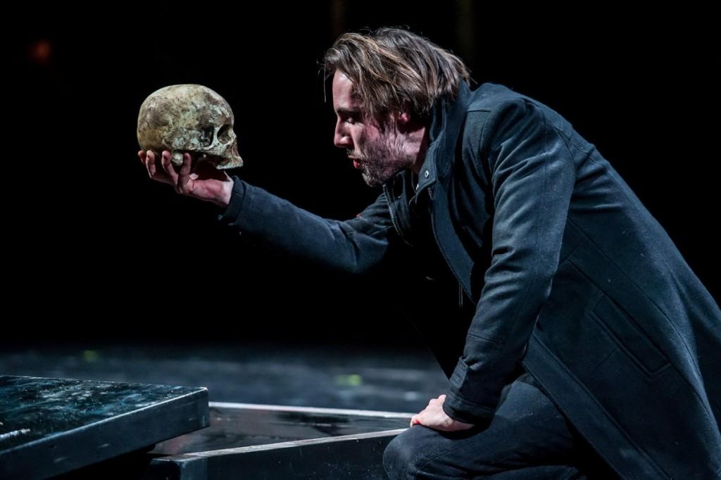 Porogi Ádám Hamletként, 2016-ban, a Kecskeméti Katona József Színház előadása