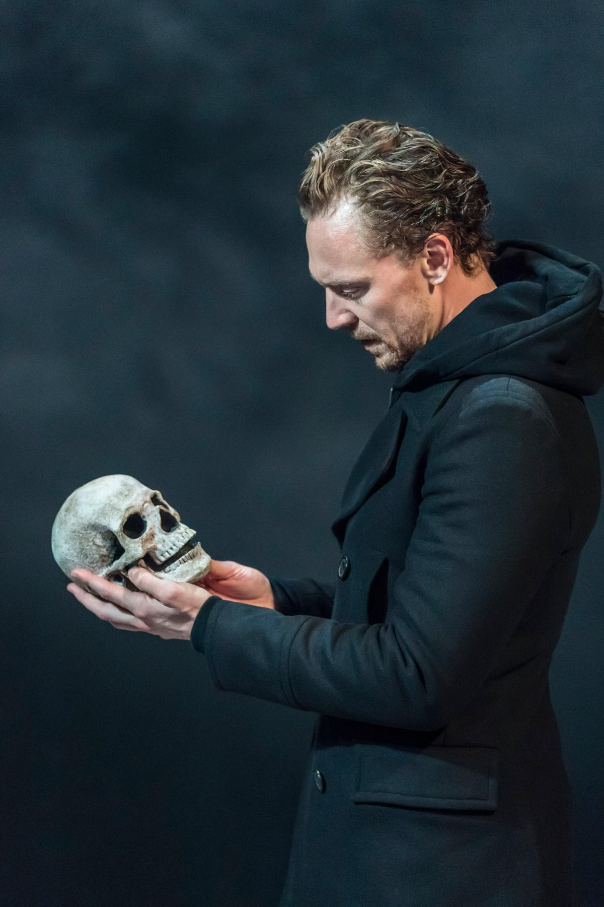 Tom Hiddleston 2017-ben alakította Hamletet.