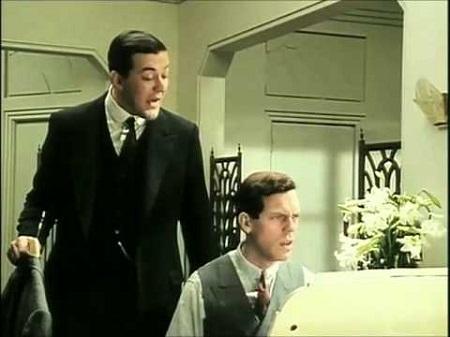 Puttin' On the Ritz, énekli Bertie Wooster.