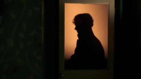Ezzel a képpel (is) az eredeti művek előtt tiszteleg a sorozat. A lakatlan ház c. novellában esik meg, hogy csak Sherlock árnyképét látjuk az ablakból.