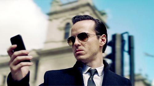 4. A Sherlock 3. évada: 'A 3. évad első része mesterien megmutatja, milyen felfokozott érzelmi állapotba kerültek a rajongók két év alatt, és milyen fantasztikus ötletekkel álltak elő Sherlock zuhanását illetően, majd mindent szépen a rajongók fantáziájára bíz: Hogyan és miért színlelte Sherlock a halálát? Vajon áldozatot hozott Johnért, vagy egyszerűen csak szeret játszani, másokat manipulálni és nagyon kegyetlen? A válasz egyik kérdésre sem egyértelmű, nekünk kell döntenünk, hogy mit hiszünk el. De ez így van jól. A lényeg: Sherlock visszatért. Ezt némi verekedés után John is elfogadja.'