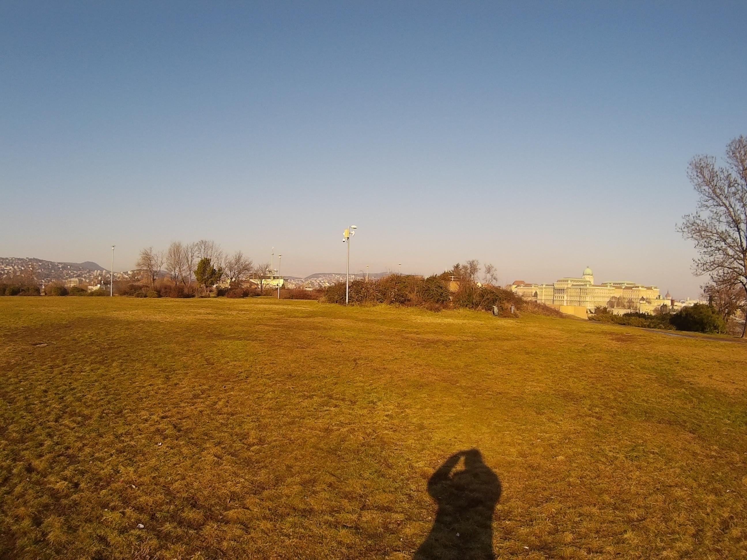 Zoom nélkül, távoli objektumra, napsütésben