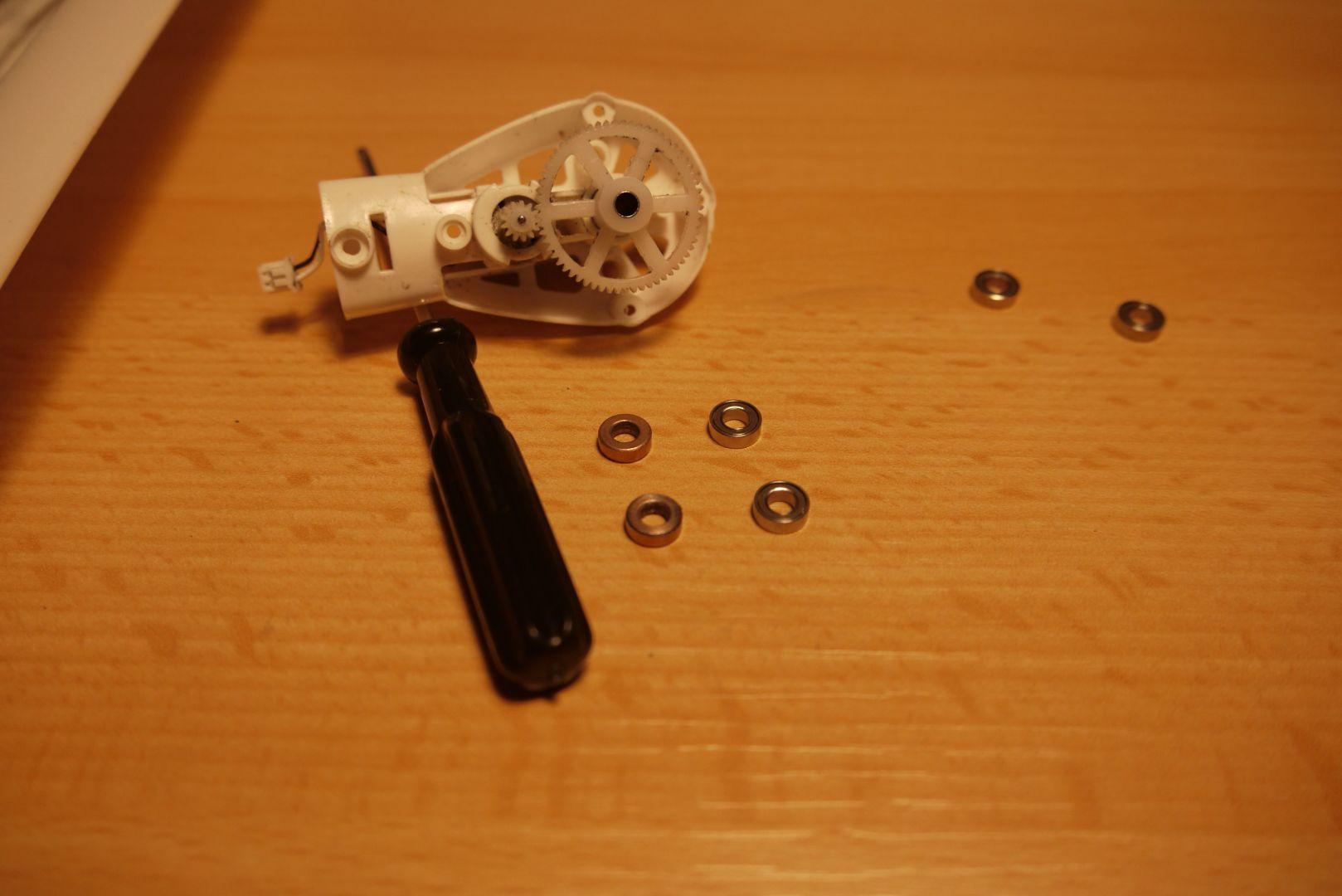 Műanyag áttétel tengely behelyezve a golyós csapágyak közé
