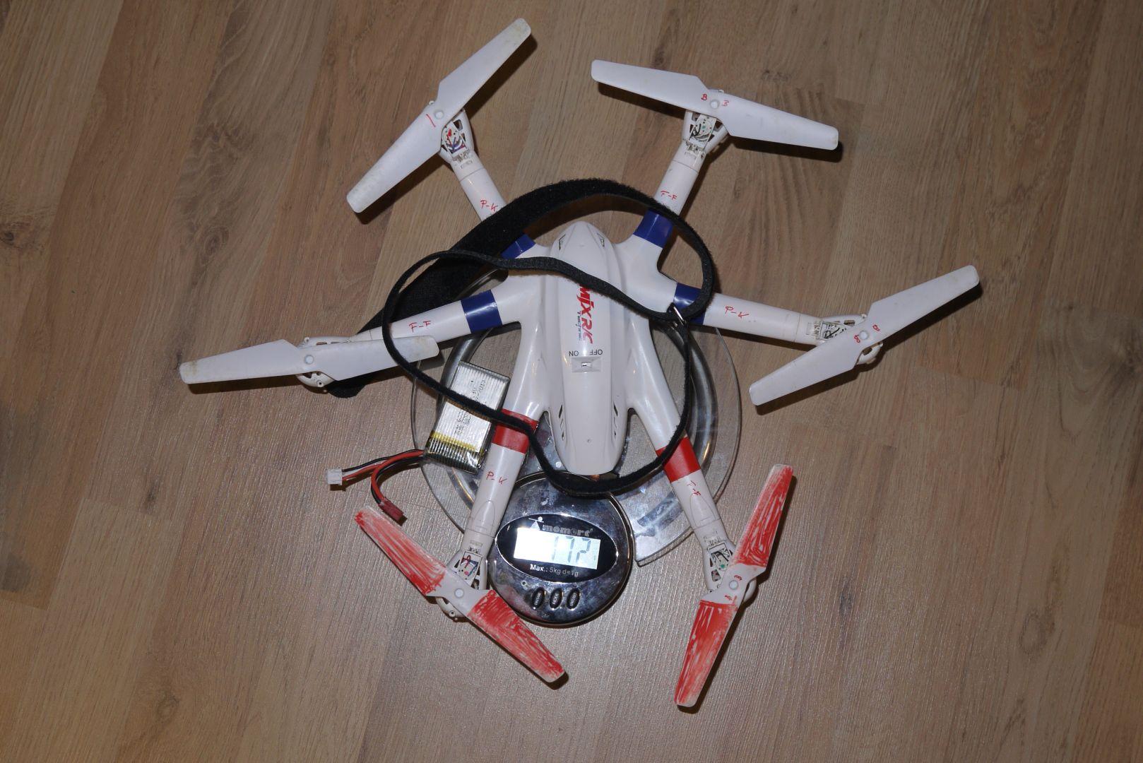 A kopter, az akkumulátor és a kötöző össz. súlya