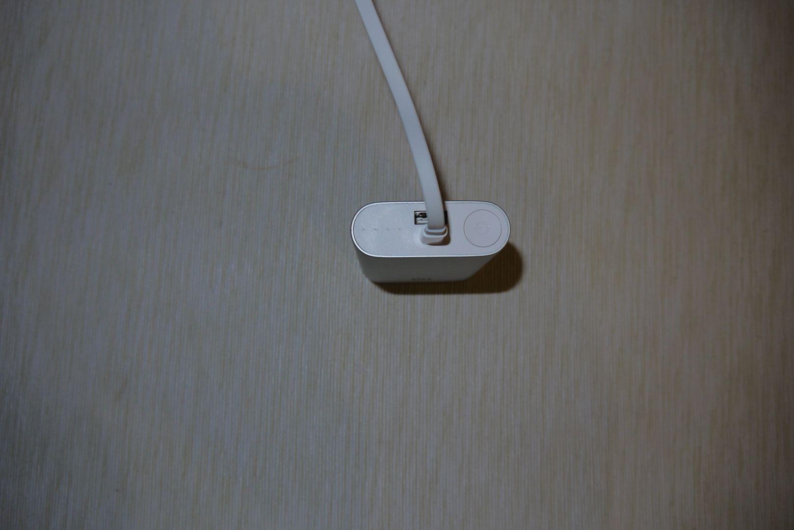 Ebből van kevés, egy-egy USB, cserébe diszkrét led sor és ki-be kapcsoló gomb