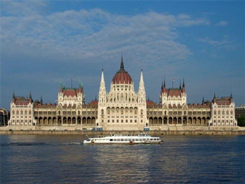 3d9db1dea740 A Parlament, a Halászbástya, a Mátyás templom, a Lánchíd, egytől egyig  olyan mérvádó építészeti alkotások, amik méltán emelik a magyar építészetet  a világ ...
