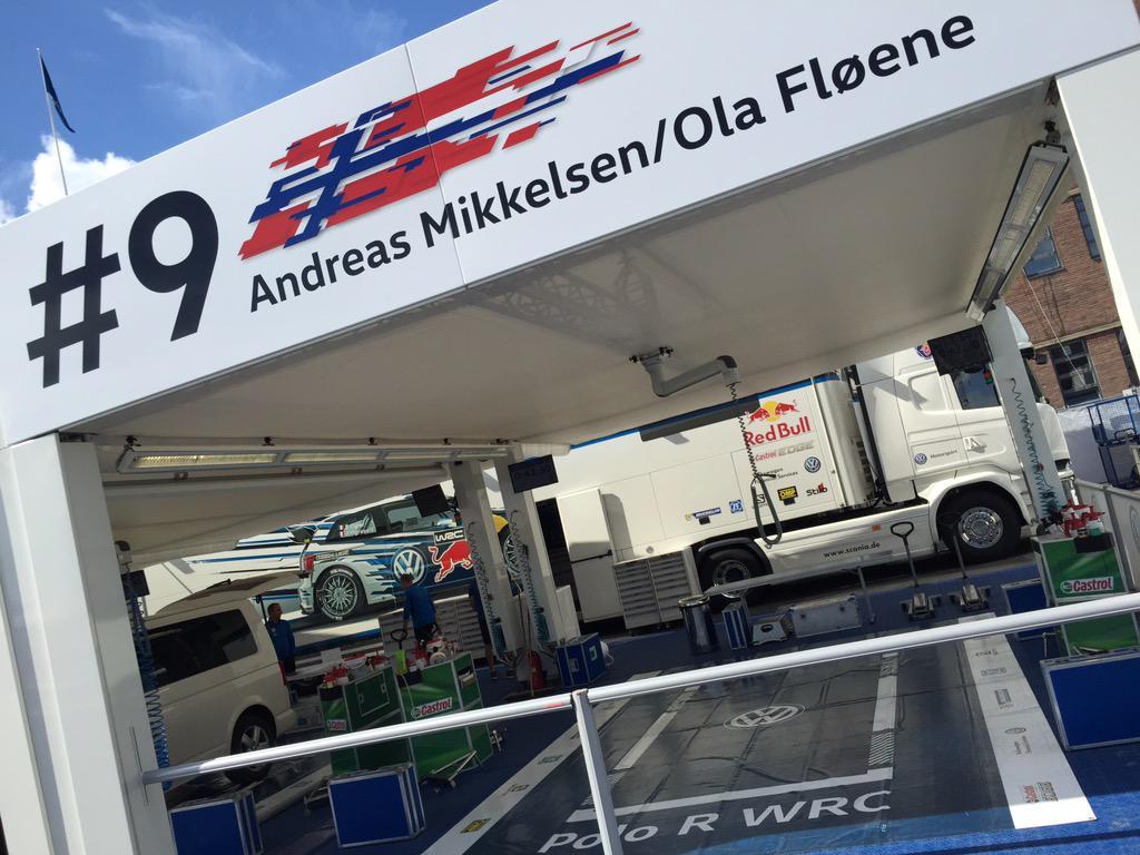 Andreas Mikkelsen autójának helye a Finn Rali szervizparkjában