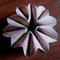 Térbeli virág vagy dísz papírgurigából, avagy pofonegyszerű kézműveskedés unatkozó porontyunkkal