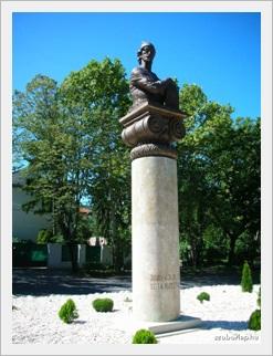 Rusztaveli-szobor.jpg