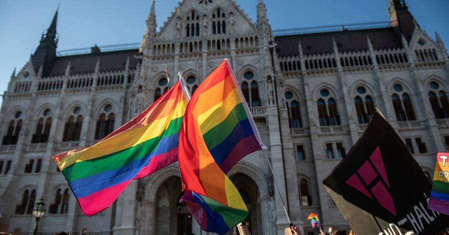 5510968-bayer-zsolt-uzent-a-pedofiltorveny-ellen-tiltakozoknak.jpg