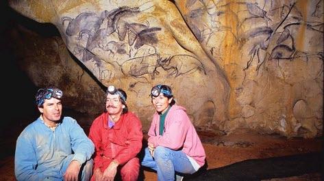 le-18-decembre-1994-jean-marie-chauvet-eliette-brunel-et-christian-hillaire-decouvrent-une-grotte-ornee-non-loin-du-pont-d-arc-dans-les-gorges-de-l-ardeche-1574703212.jpg