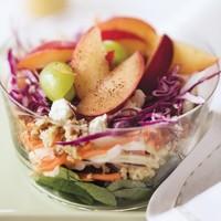 Mega-vega saláta szilvával, pirított dióval és kecskesajttal