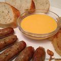 Grill kolbász sajtszósszal és pirított hagymával