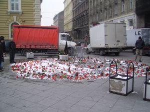 2011_budapest_nyugati_ter_gyertyak_es_emlekezok_2011-01-31.JPG
