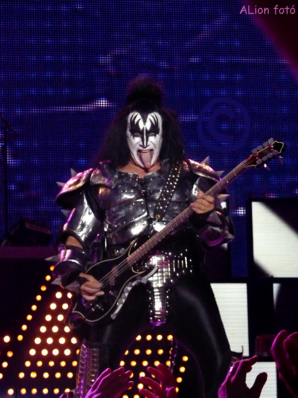 kiss_genesimmons_kiss.jpg