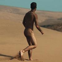 18+ Meztelen férfi fut a sivatagban