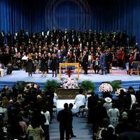 Kilencórás, élőben közvetített szertartáson búcsúztatták Aretha Franklint