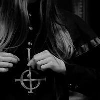 18+ A sátánista csajok nem takargatják a mellüket