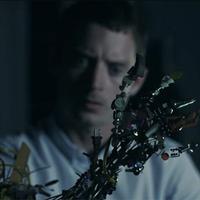 Elijah Wood rémisztget az új FlyLo-videóban