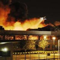 Profi bűnözők rabolták ki a zavargásokban porig égett londoni óriás lemezraktárat?