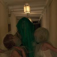 Kísérteties szerelmi háromszögben az Elizabeth Taylort imitáló énekes (videoklip)