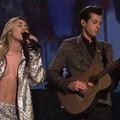 Miley Cyrus varázserejű ruhában borzolta a kedélyeket