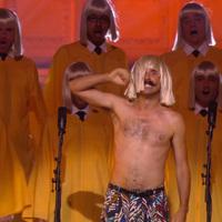 Sia és a meleg férfikórus lóg a csillárról