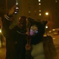 Tengeri rókalány keresi a szerelmet a nagyvárosban a Galantis klipjében (18+)