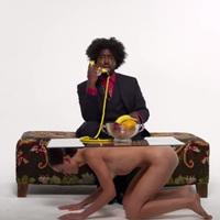 18+ Azealia Banks szék helyett meztelen nőkre ül