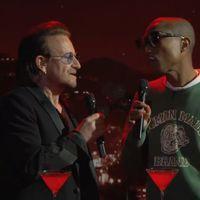 Így szól a Bee Gees leghíresebb slágere a belassult Bono és Pharrell előadásában