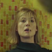 Idegen test szállja meg Rosamund Pike-ot a Massive Attack klipjében