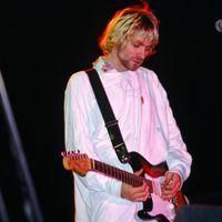 Kalapács alá kerül Kurt Cobain kórházi köntöse