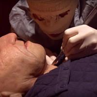 Aberrált horrorműtét az indierock sztárproducer klipjében
