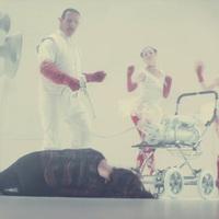 18+ A Rammstein énekese félelmeteset disznólkodik új klipjében