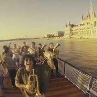 A szerb trombitafenomén Budapesten csapott fel dunai hajósnak – Boban Marković Orkestar-klippremier!