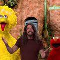 Dave Grohl új barátokat szerez a Szezám utcában