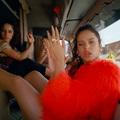 Pompás urban flamencóra gördeszkázik a lila KKK-fakír