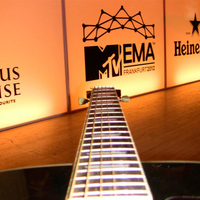 A 30Y gitárnyaka az MTV EMA felé mutat