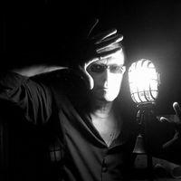 Ma este a Bauhaus alapító basszusgitárosa, David J a Premier Kultcaféban
