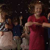 Dan Friel klipjében kisgyerekek mutatják meg, hogyan is kell bulizni