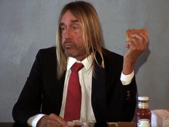 Iggy Pop ül egy asztalnál, és hamburgert eszik. Kell ennél több?