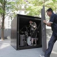 Egy metálbanda addig játszik egy nagy fémdobozban, amíg el nem fogy az oxigénjük