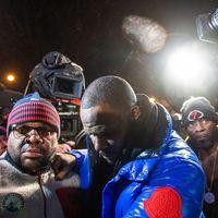 R. Kelly feladta magát a rendőrségen, tíz rendbeli szexuális bűncselekménnyel vádolják