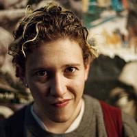 Űrlény a talált tárgyak osztályáról – Mica Levi