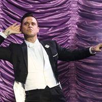 Swinggel is szórakoztató Robbie Williams – beszámoló és képgaléria