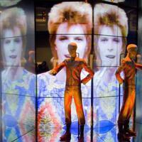 Bowie-val a világ körül: beszámoló a Lazarus musicalről és a David Bowie Is kiállításról
