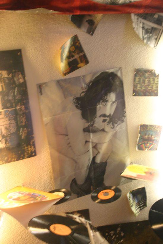 Frank Zappa a plafonról figyel.
