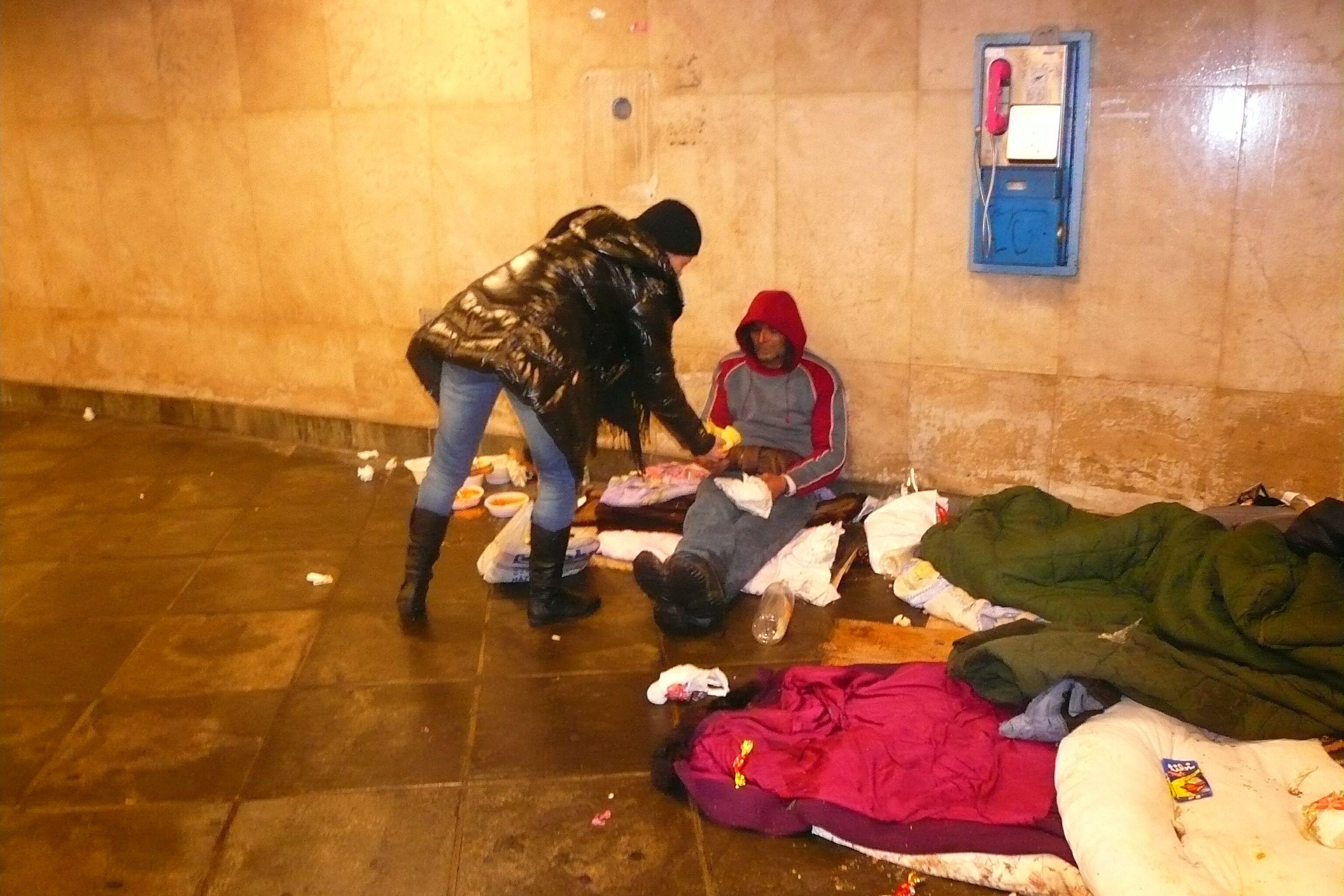 Cipő nélkül kizavarni egy hajléktalant a rekord hidegbe  - Reflektor de3dde0306