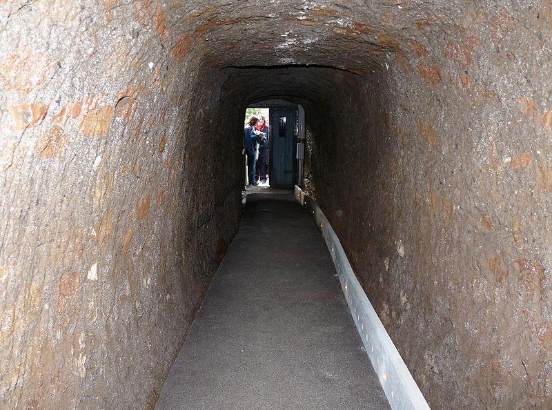 800px-pyramid_caius_cestius_entrance_inside.jpg